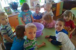 В младшей группе «Солнышко» научились определять плавучесть предметов
