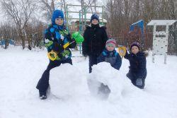 «Колокольчики» строят снежные фигуры