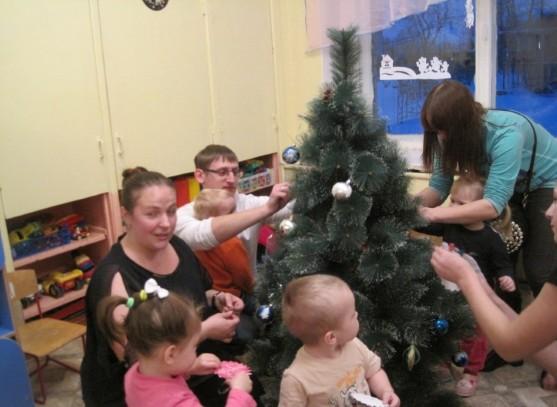 «Ёлочка-красавица»: Родители совместно с детьми украсили ёлочку к празднику