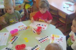 В младшей группе «Солнышко» прошло знакомство с красками